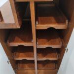 Scala con armadio in legno massello di rovere con contenitori chiusi e a giorno